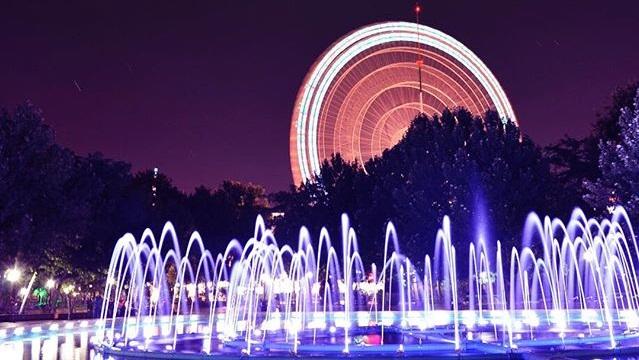 نمای زیبا از چرخ و فلک پارک ملت در شب